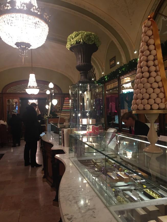 Самое вкусное и самое красивое в Будапеште Кафе Жербо,  чтобы отведать наивкуснейшее лакомство, пришлось на входе простоять минут так 15, но ......
