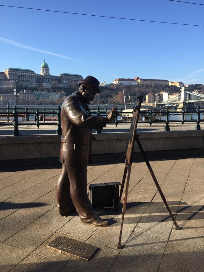 если Вам посчастливилось побывать в этом необыкновенно красивом городе, Вы не могли не заметить множество необычных и интересных скульптур. Разного размера, разной тематики, от малого до великого, у моста, или под мостом, на набережной Дуная, или на  тихой, не многолюдной улочке.