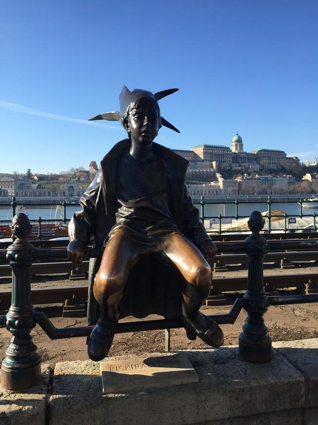 """набережная Дуная, скульптура """"маленькая принцесса"""""""