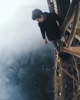 Руферы из РФ взобрались  на Эйфелеву башню без страховки