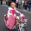 Дети наряжают свои велосипеды для парада цветов