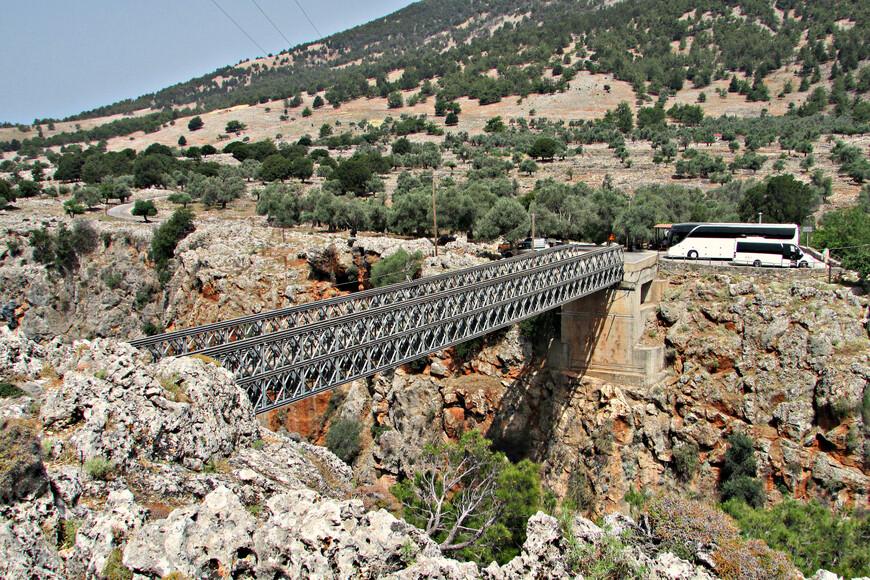 В Арадену едут ради старых развалин, византийской церкви XIV в. и романтической ауры. Но самое неизгладимое впечатление оставляет знаменитое Араденское ущелье и переброшенный через него Мост Вардиноянни.