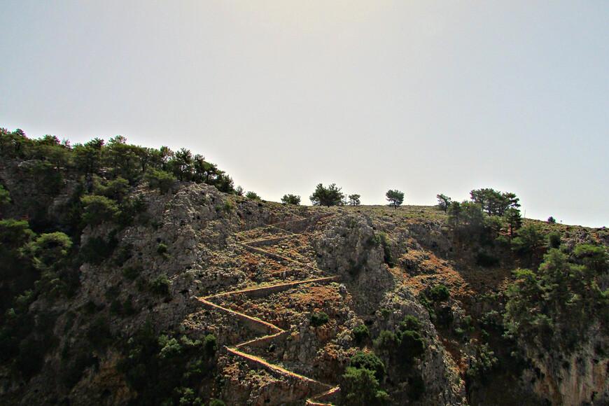 """На протяжении многих столетий Арадена  была отрезана  от """"большой земли"""".  По пути в деревню приходилось спускаться на дно ущелья, а потом карабкаться вверх по крутым склонам, что было сопряжено с немалыми усилиями и опасностями."""