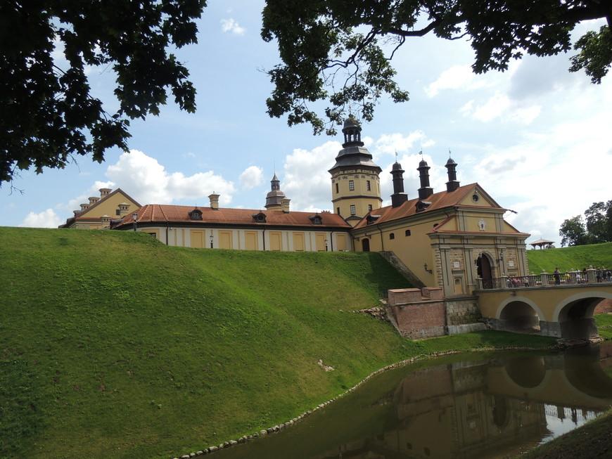 Несвижский замок  внесен в список всемирного наследия ЮНЕСКО!  Территория замка очень узоженная-здесь приятно походить -ощутит прикосновения к другим временам!