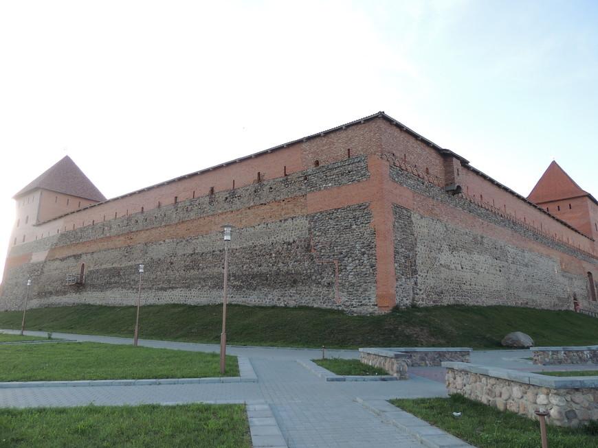 Лидский замок был построен в 14 веке при Гидимине! В настоящее время с того времени сохранилась часть стены,  однако реставрационнве работы продолжаются