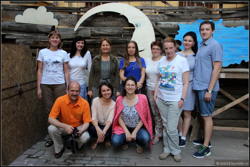 И вот, наконец, все преодолели заградительные препоны, прорвались на закрытую территорию, и мы смогли сделать общее фото. Стоят : я - Лариса http://larkis8.tourister.ru/ , Наталья http://valerovna.tourister.ru/ , Алла http://ala.tourister.ru/ , Алла http://alla38.tourister.ru/ , Елена http://e-lena.tourister.ru/ , Анастасия http://nasten-ka-pavlik.tourister.ru/ , муж Анастасии Петр, Анна http://annaabrosimova.tourister.ru/ . Сидят : Андрей http://arxitektor.tourister.ru/ , Екатерина http://www.tourister.ru/users/catys , Дарья http://dariazi.tourister.ru/ .