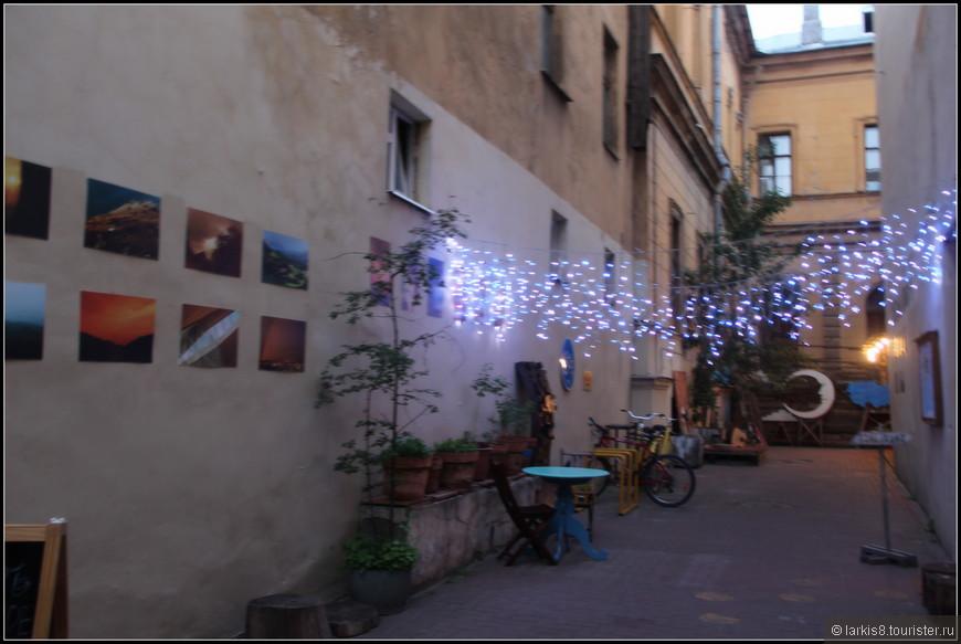 При сумрачном свете дворик кафе тоже стал слегка сказочным.