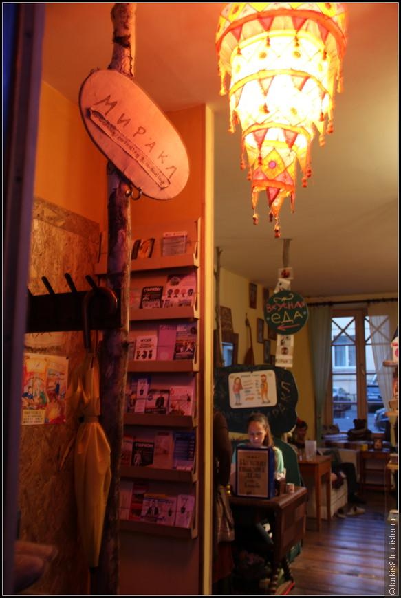 Внутри кафе тоже интересное!