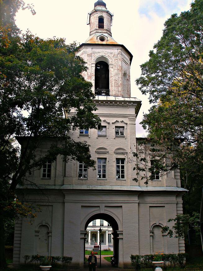 Многоярусная въездная башня. Она являлась звонницей усадебной Казанской церкви и парадными воротами во двор.