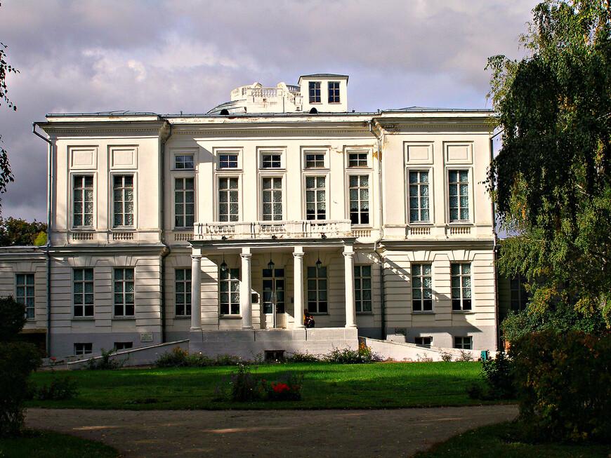 Небольшой двухэтажный дворец был построен по заказу Екатерины II в 1771-1778 гг.  Восточный фасад.