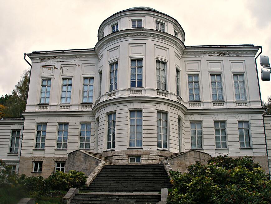 Западный фасад дворца, обращенный к пруду.