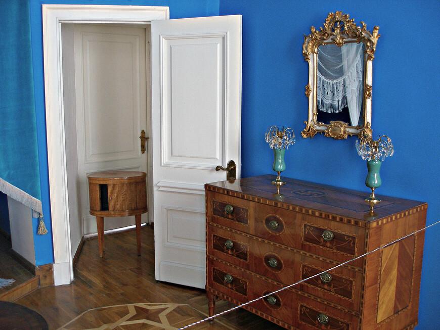 Спальня. Столик для ночной вазы.