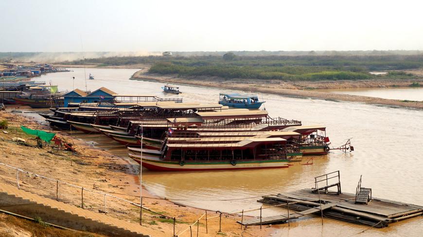 Порт Chong Khneas - самый близкий и самый туристический порт для осмотра деревень на воде (в апреле - самый пик сухого сезона и ехать в дальние деревни смысла ехать не было). Это и есть знаменитая река Тонлесап, которая затем впадает в одноименное озеро. Туристам предлагают здесь арендовать такую лодку для прогулки по воде до самих деревень (стоимость не дешевая - около $30 за пару часов прогулки, отдельно место в лодке купить нельзя, арендовать можно только целую лодку).