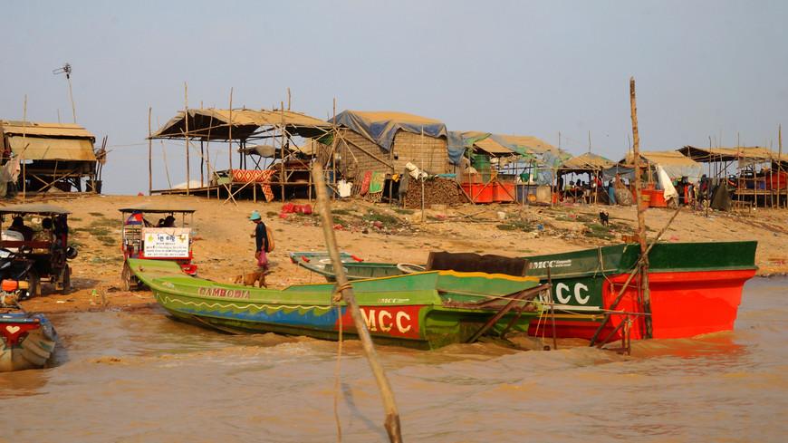 Рыбаки  и рыбацкие деревни на берегу реки Тонлесап.