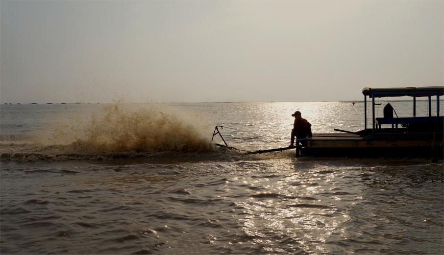 Каждая лодка оборудована специальными силками, которые помогают расчищать от подводной растительности.