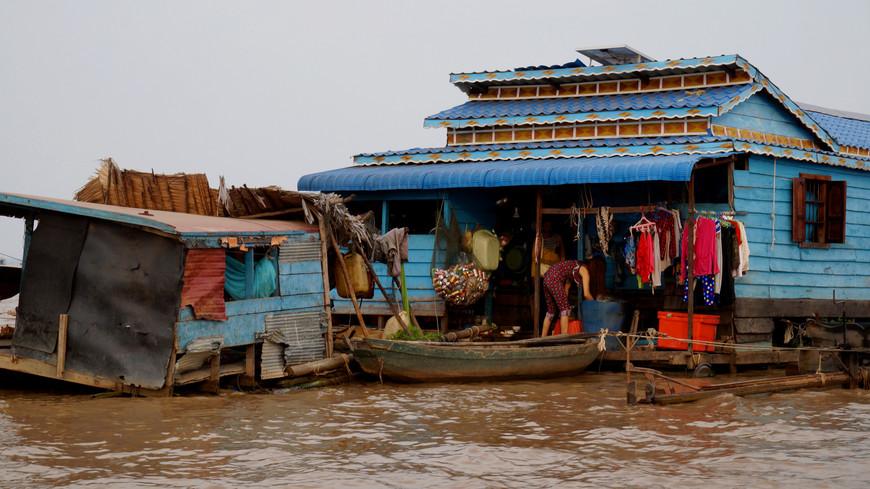Версий возникновения плавучих деревень в Камбодже несколько. Одна из них говорит, что во время войны во Вьетнаме многие вьетнамцы бежали в Камбоджу и стали тут жить, конечно же, нелегально. Камбоджийский король позволил им остаться на территории страны с одним условием: жить на воде, платить налог рыбой, и никогда не ступать на землю. Так появились деревни на воде.
