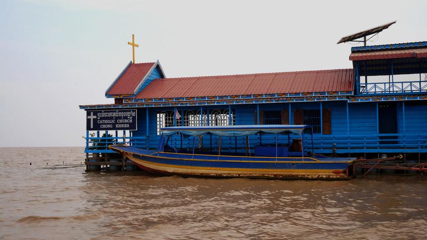 Здесь есть церковь, школа, магазины - и все на воде.