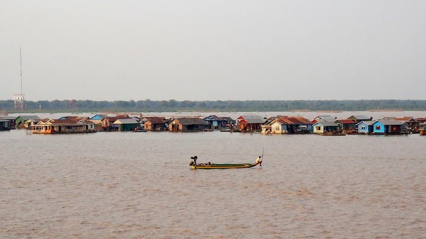 Деревня мне показалась не очень большой, на лодках с туристами чаще работают местные жители из этой же деревни, туристам также предлагают заехать в магазин, чтобы купить мешок риса за $50 и подарить его школе в качестве благотворительности:)