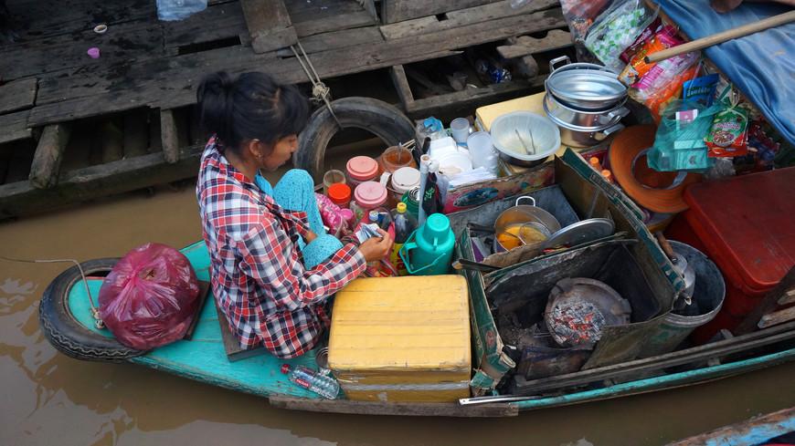 Магазин для местных: можно купить, например, пиво и странные рыбные закуски, которые хозяйка готовит прямо в лодке на угольках.