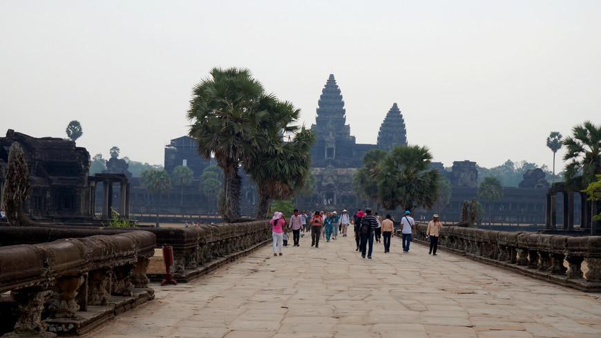 """Это первый и самый популярный во всем мире храме Ангкор Ват (многие китайцы посещают только этот храм, но большинство европейцев стараются посмотреть весь Малый Круг, протяженность которого 17 км, между храмами удобнее всего ездить на тук-туке). Ангкор - это дословно """"город"""", самый большой в мире религиозный комплекс, лучше всего сохранившийся до наших дней. А Ангкор Ват - самый большой, самый красивый и известный из всех храмов в этом уцелевшем городе."""