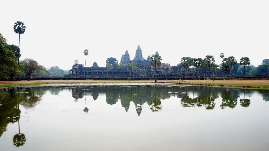 Апрель - самый пик сухого сезона, жара невероятна +35-40, озеро перед храмом Ангкор Ват сильно обмелело.