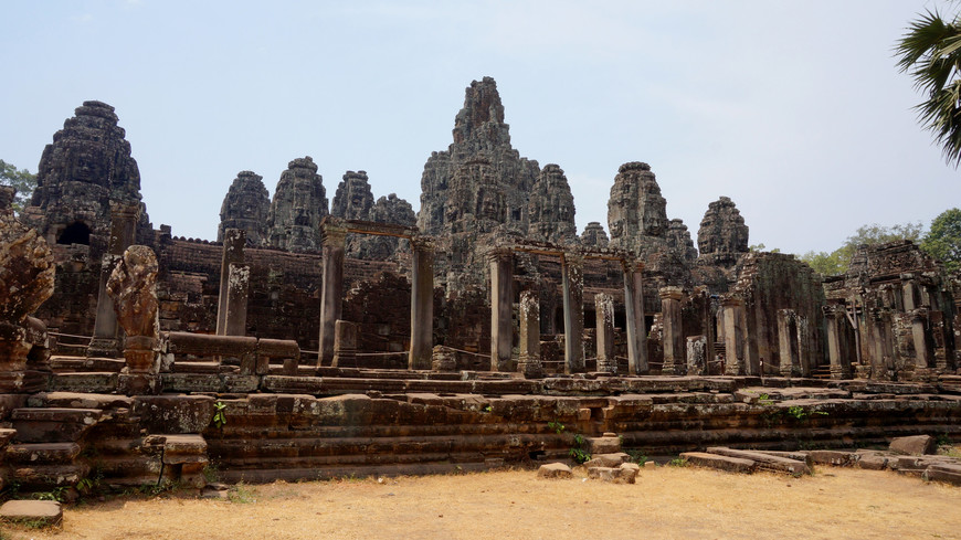 Байон - известный своей архитектурой кхмерский храм в Ангкоре. Наиболее отличительная особенность Байона - это множество безмятежных и массивных каменных лиц на многих башнях, которые выступают из верхней террасы и группы вокруг ее центральной башни.