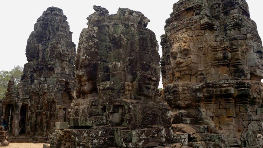 Байон был последним государственным храмом, который был построен в Ангкоре и является единственном государственным храмом Ангкора, построенного прежде всего как буддистский храм Махаяны, посвященный Будде, хотя большое количество мелких и местных божества было также использовано как покровителей различных районов и городов царства.