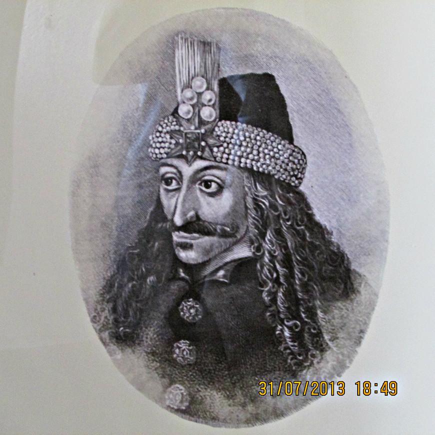 Прообраз Дракулы господарь Валахии Влад Цепеш, конечно же, так же присутствует в экспозиции замка, но далеко не на первом месте. На самом деле он никогда не владел Браном и, в лучшем случае, останавливался здесь проездом. Есть, правда, некоторое основание полагать, что после ареста в 1462 г. Влад провел в Бране два месяца в качестве заключенного, но это не более чем гипотеза.