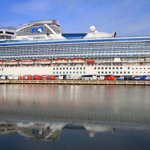 Красный цвет меня преследовал весь день. Даже у корабля, уютно дремавшего в бухте Меконга...