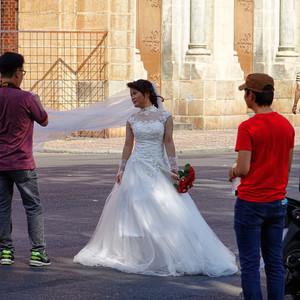 Даже свадьбы не избежали красного цвета!