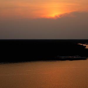 Закат в дельте Меконга был необыкновенно тихим и спокойным, умиротворенным и добрым. Словно природа навсегда вычеркнула из своей памяти такое страшное и кровавое прошлое...