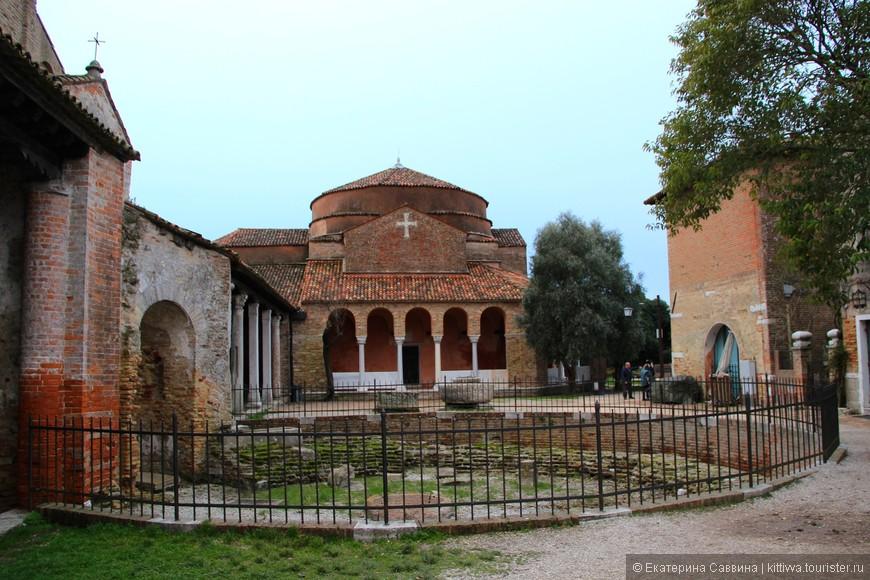 Византийская церковь 11-12 веков, внутрь не попасть. Для Венеции такая архитектура сейчас не характерна, но видите с чего все начиналось.