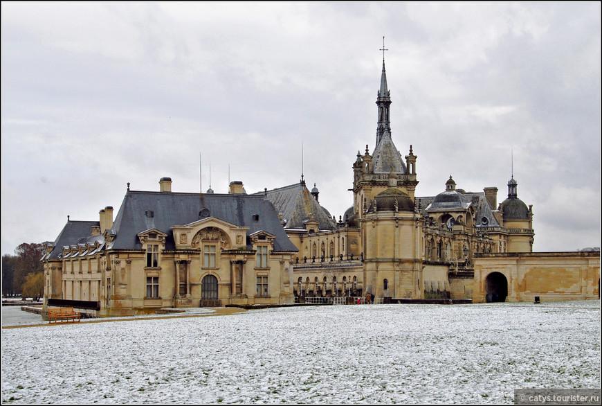 4 октября 1832 года поместье Шантийи посетил его новый владелец, герцог Омальский, пятый сын короля Луи-Филиппа. Так он описал этот визит в письме своей сестре Луизе, будущей королеве Бельгии: «В четверг мы были в Шантийи. Это было необыкновенно весело. С балкона мы увидели рыб, мы бросили им хлеб, и за первым же куском хлеба приплыл карп, огромный как обе мои руки  от конца до конца». Генриху Омальскому тогда было всего десять лет от роду.