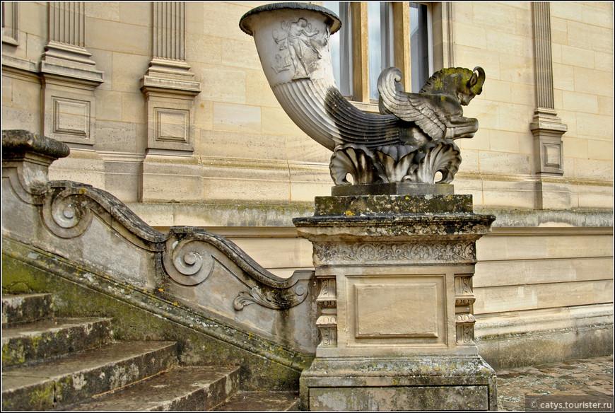 Дело в том, что Шантийи находился в собственности принцев Конде, единственный сын и наследник последнего из них, Луи-Анри-Жозефа Конде, трагически погиб в 1804 году – он был расстрелян по приказу Наполеона за якобы участие в антинаполеоновском заговоре.  Тогда же Луи-Филипп начал старательно, как бы сейчас сказали, «наводить мосты» к  своему дальнему-предальнему родственнику с одной-единственной целью – чтоб тот, оставшись без прямого наследника, завещал свое имение и состояние крестному сыну – Генриху Омальскому.