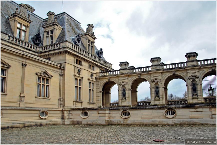 Впрочем, маленькому герцогу было особо и нечем больше восхищаться… Шато Шантийи, построенное в XV семьей Монморанси, было практически сметено с лица земли Великой Французской революцией. В более-менее приличной степени сохранности осталось только небольшое двухэтажное крыло старого замка. Так что наследство, ради которого так хлопотал отец Генриха, было довольно-таки сомнительным…