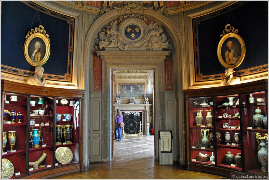 В залах Гранд Шато разместилось все то, что Генрих Омальский увлеченно собирал все эти годы - фарфор, камни, оружие...