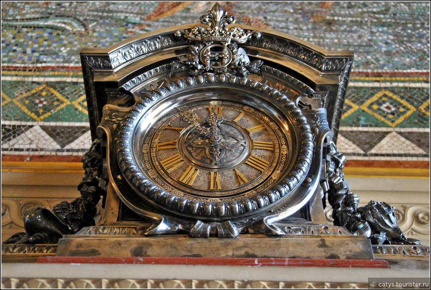 Интерьеры, все еще остававшиеся незаконченными на момент смерти Великого Конде в 1686 году, впоследствии доделывались под присмотром архитектора Жюля Ардуэн-Мансара, придворного архитектора Людовика XIV