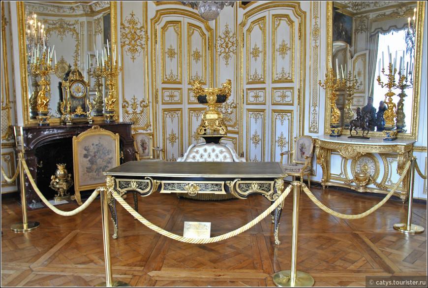 """Помимо безусловно узнаваемых интерьеров Ардуэн-Мансара в апартаментах представлено множество экспонатов другого французского """"наше все"""" - знаменитого мастера-мебельщика Шарля Буля. В частности этот стол, созданный для Конде ориентировочно в 1715 году, впоследствии переехал в Версаль и вернулся домой только благодаря усилиям Французской Академии и Генриха Омальского"""