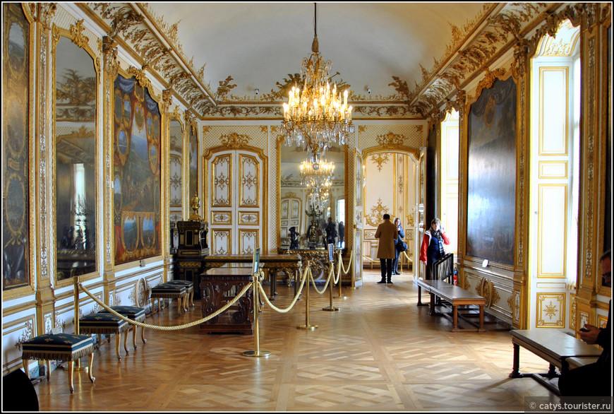 Незадолго до своей смерти Великий Конде также заказал художнику Совье ле Конту цикл картин с изображениями батальных сцен, которые он выиграл для французской короны в 1640-1674 годах. Сегодня эти картины по-прежнему украшают стены галереи, но судьба их была непростой. Демонтированные и отправленные в Париж во время революции, они затем последовали в ссылку вместе со своим новым владельцем Генрихом Орлеанским. Полотна оставались в Англии до 1871 года, и наконец в 1872 году они вернулись на свои места в Шантийи.