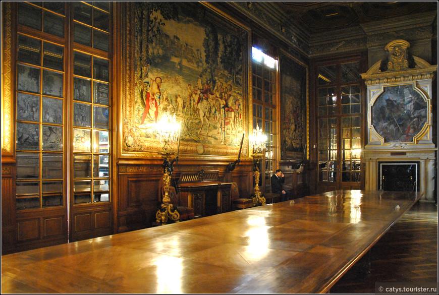 Согласно завещанию Генриха Омальского, написанного в 1884 году, дворец Шантийи  и все коллекции музея Конде были переданы в дар Французскому Институту. Лишившийся всех наследников герцог боялся, что после его смерти коллекция долго не продержится, будет раздергана на части и наверняка осядет в разных частных коллекциях, поэтому он решил передать дело всей своей жизни в дар французскому народу.