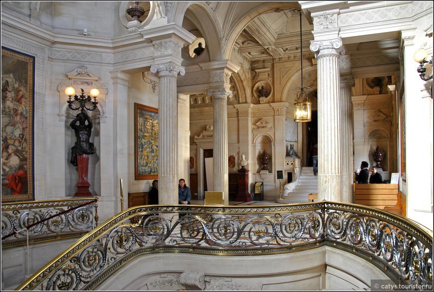 Внутренние покои шато производят не менее ошеломляющее впечатление, чем его экстерьер. В парадном вестибюле первым делом внимание приковывает роскошная лестница с коваными перилами – это точная копия парадной лестницы в Пале Рояль, пражской резиденции герцогов Орлеанских.