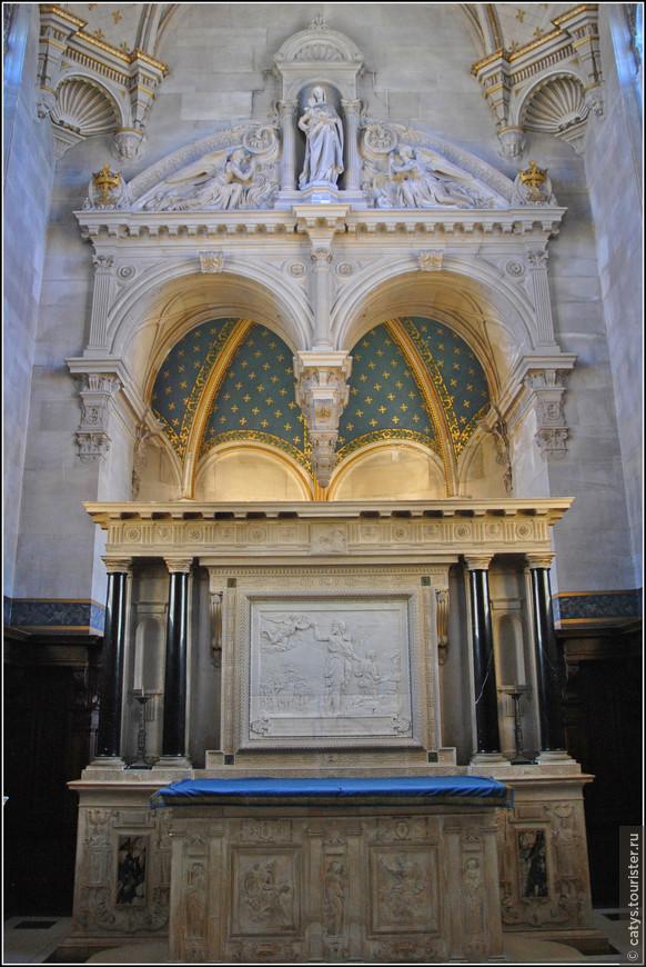 Сразу за лестницей расположена часовня, посвященная Людовику Святому – она расположена на том же месте, где находилась первая часовня разрушенного замка.