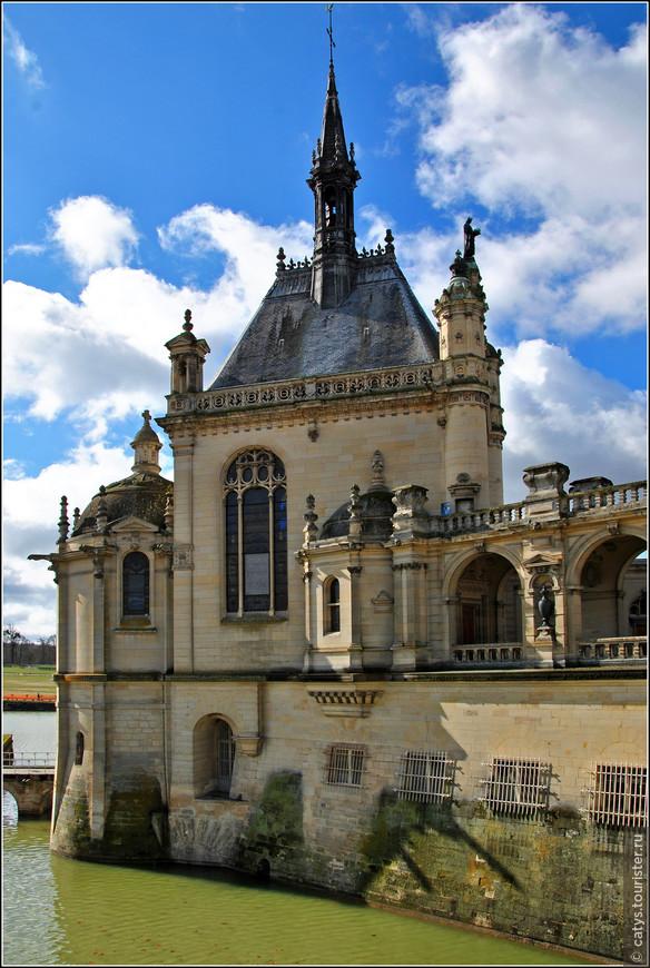 Но нужно сказать, что это – наверное самое лучшее, что могло случиться с поместьем. Потому что дюк д`Омаль в то время, что находился в эмиграции в Англии (по политическим, разумеется, мотивам – после свержения своего отца в 1848 году он встал во главе партии, боровшейся за восстановление монархии во Франции), увлекся историей и приобрел страсть к коллекционированию, особенно старинных редких книг и произведений живописи. К тому же в 1872 году, через год после своего возвращения на Родину, Генрих Омальский был избран почетным членом Французской Академии