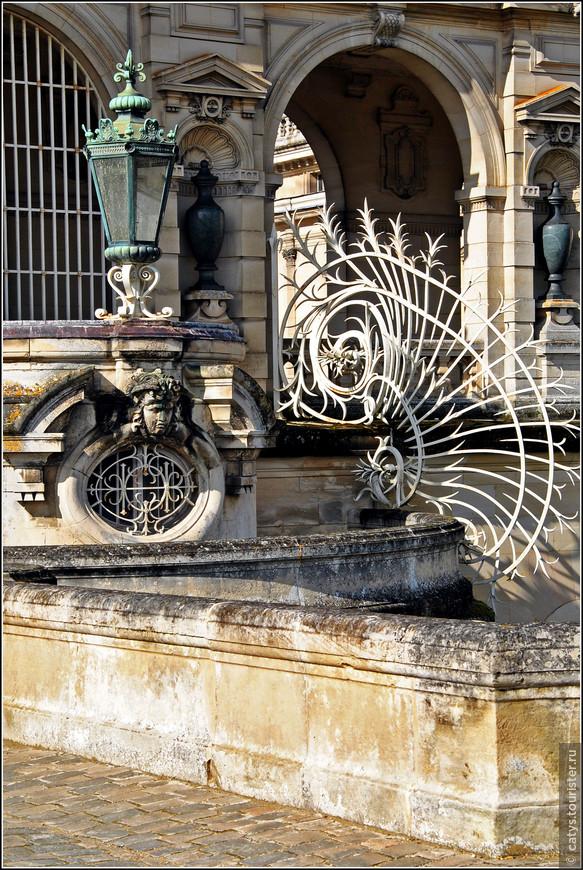 Но тем не менее, дюк д`Омаль добавил к своему проекту множество весьма неожиданных нюансов: структуру в стиле французского Возрождения венчают готические башенки и шпили, а галереи и внутренний двор украшают вполне себе барочные элементы.