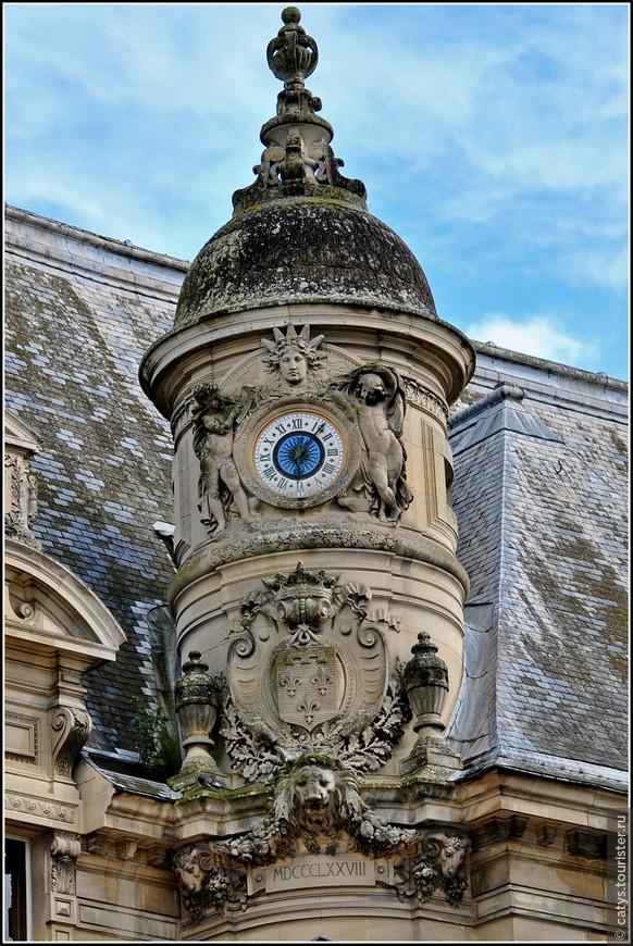 Переход от старого Шато к новому был декорирован  часовой башней со множеством барочных завитушек