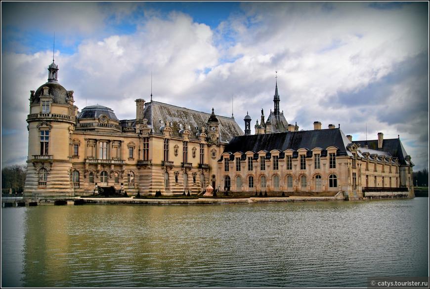 От исторического замка Анна де Монморанси сохранилось только одно двухэтажное крыло (на фотографии справа) – его тщательно отреставрировали, окружив новыми постройками.  Работы же по восстановлению разрушенного Революцией Гранд Шато - на фотографии это левое крыло дворца, заметно отличающееся от крыла Монморанси  своим барочным декором - велись с 1876 по 1882 год под руководством архитектора Оноре Доме.