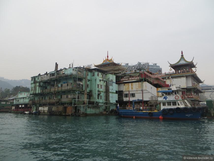 а вот так он выглядит с обратной стороны.... к мегапафосному ресторану пристыковано обычное китайское общежитие((