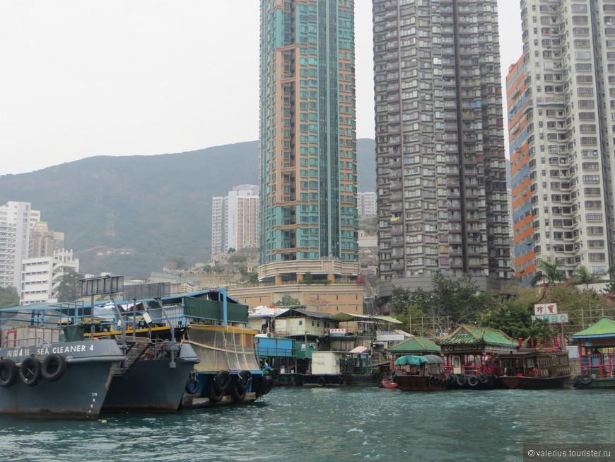 бухта заставлена рыболовными судами
