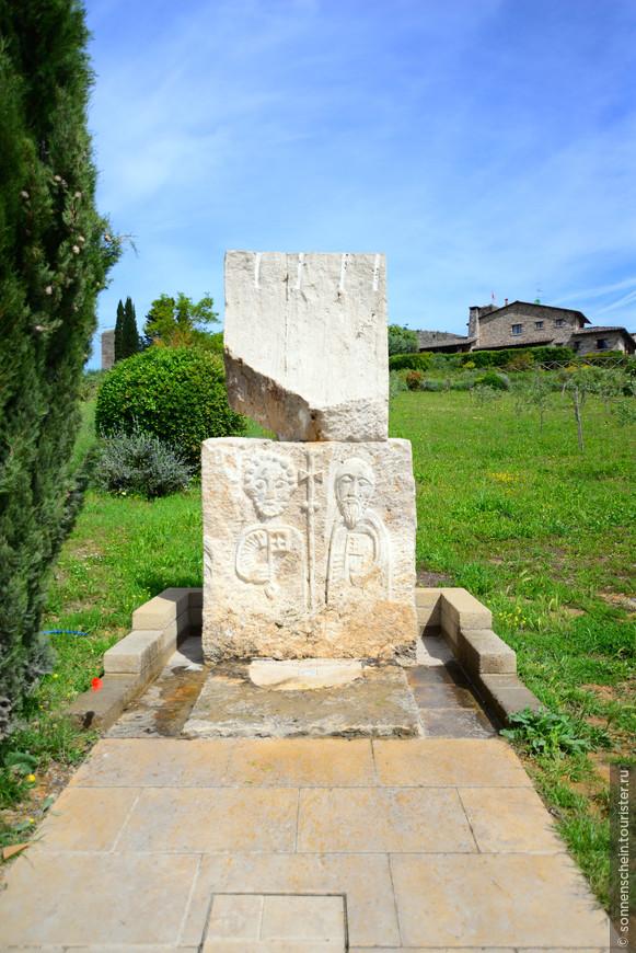 Перед городом стоит питьевой фонтанчик,можно набрать воды.Крепость располагалась на тосканском участке средневековой паломнической Дороги франков (Via Francigena).