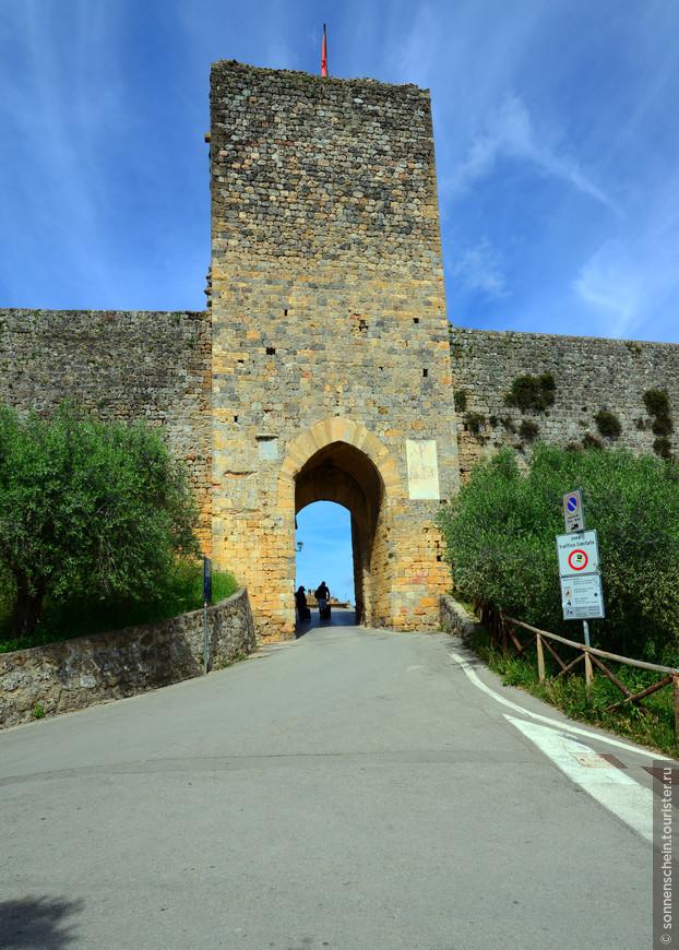Монтериджони – это городок, который расположен на невысоком холме и окружен серьезных размеров крепостной стеной. Основан он в 1203 году, но уже через десять лет его сделали военной крепостью. Или,как говорят сами итальянцы- гарнизоне.